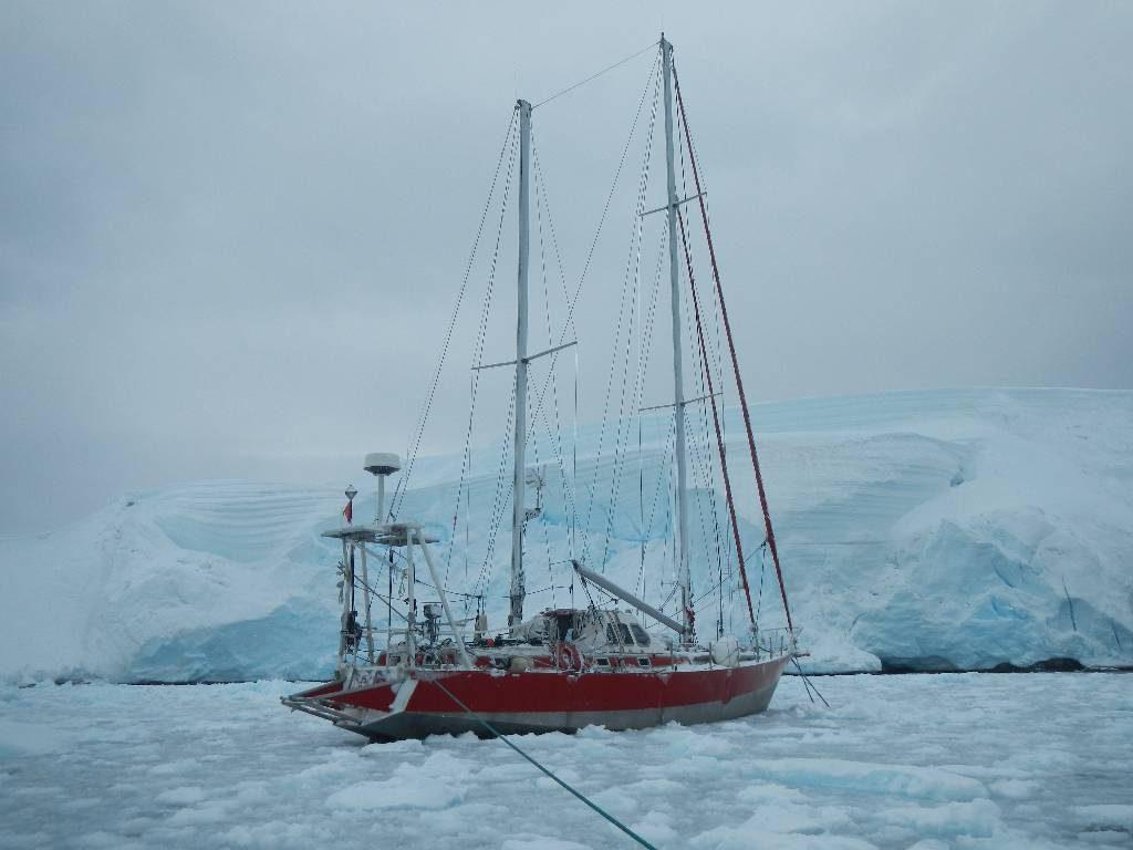 Bateau Dalu 47 dans un glacier