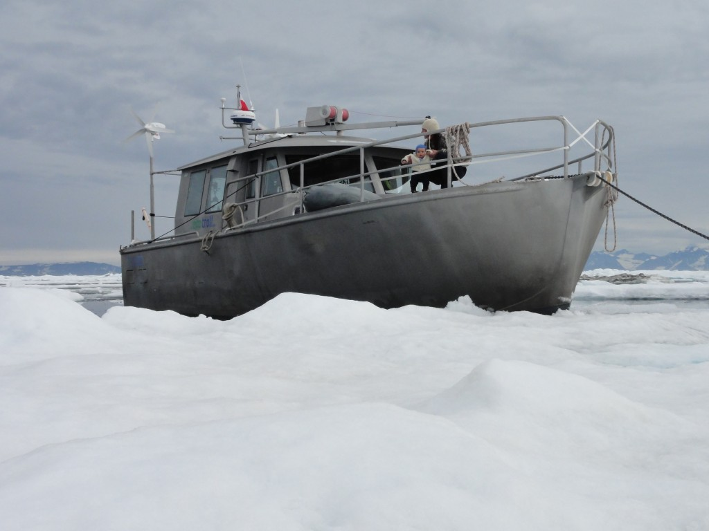Bateau Ecotroll naviguant dans un glaciel
